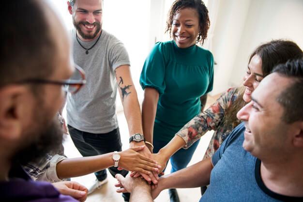 grupo-de-diversas-pessoas-unidas-maos-juntas-trabalho-em-equipe