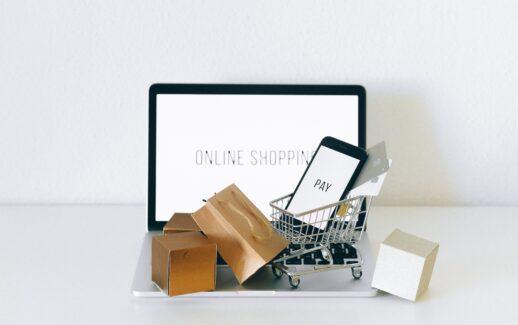Notebook com itens decorativos referente a compras
